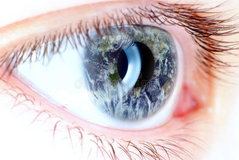 Olhos azuis no macro com mapa da terra ilustração do vetor