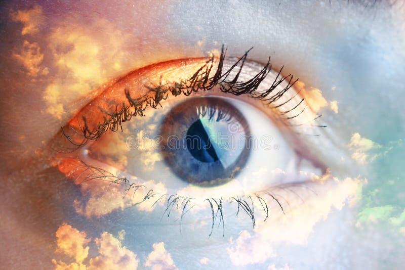 Olhos azuis novos bonitos do olho da mulher? fotos de stock