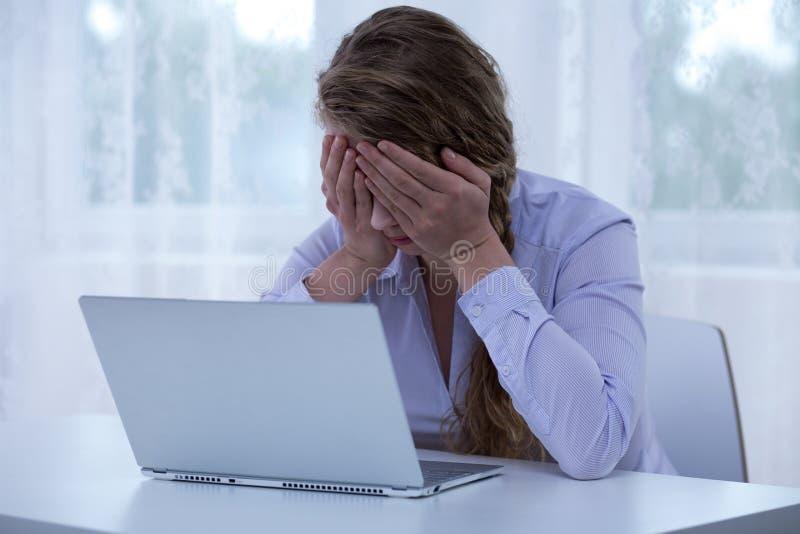 Olhos cyberbullying da coberta da vítima do desespero imagens de stock
