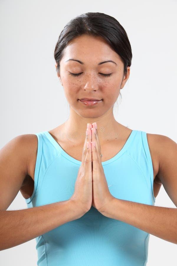 Olhos Da Mulher Fechados No Pose Meditating Calmo Fotografia de Stock Royalty Free