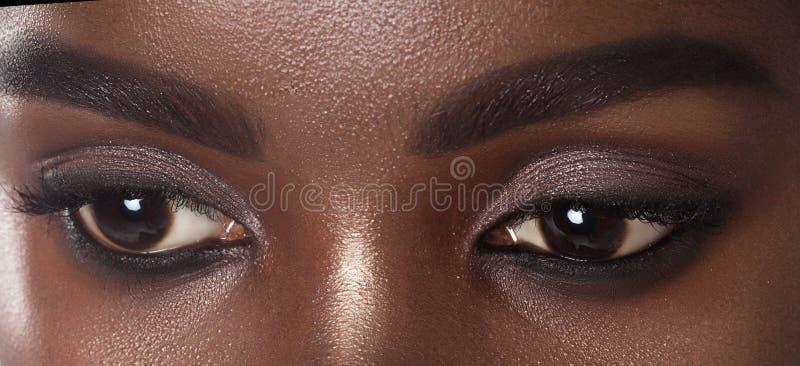 Olhos da mulher negra bonita nova com pele perfeita limpa imagens de stock royalty free