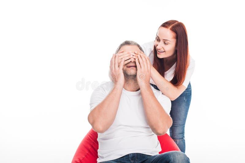 Olhos de fechamento da mulher do marido fotografia de stock