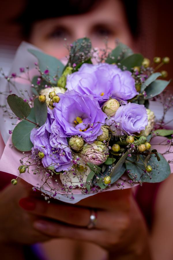 Olhos de uma mulher com uma flor romântica imagem de stock