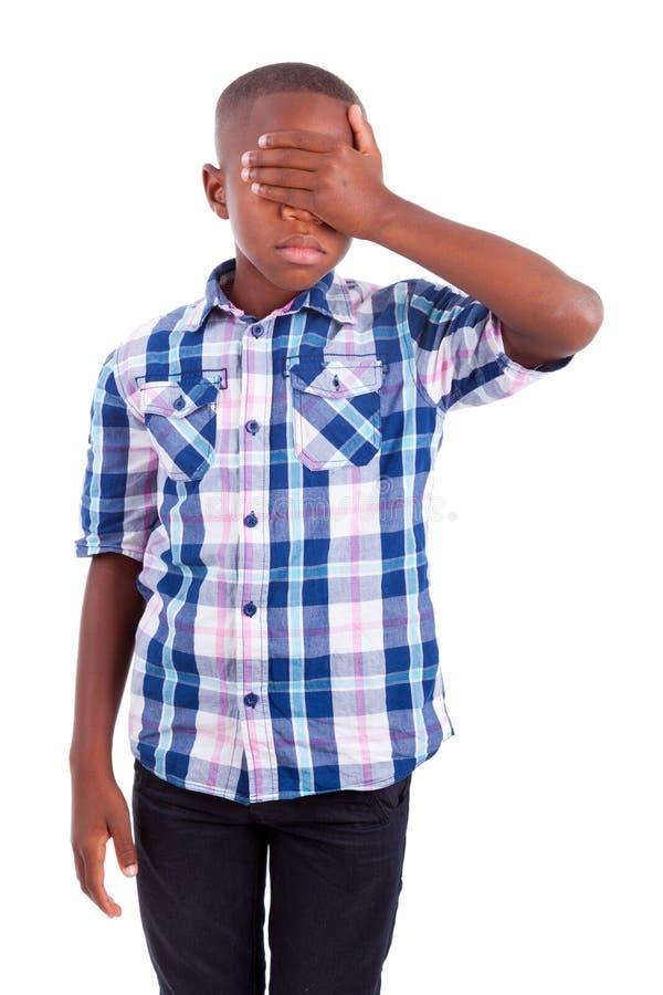 Olhos escondendo do menino afro-americano - pessoas negras foto de stock