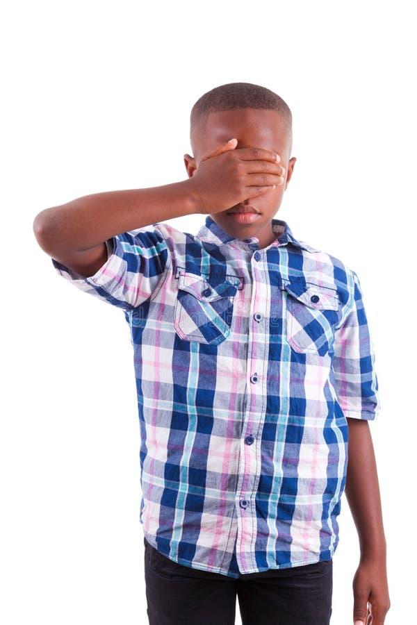 Olhos escondendo do menino afro-americano - pessoas negras imagens de stock royalty free