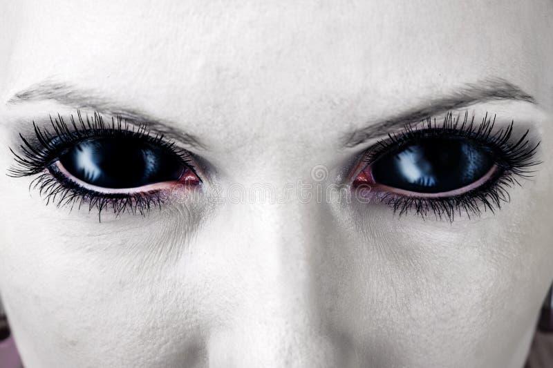 Olhos fêmeas pretos maus do zombi. fotos de stock royalty free