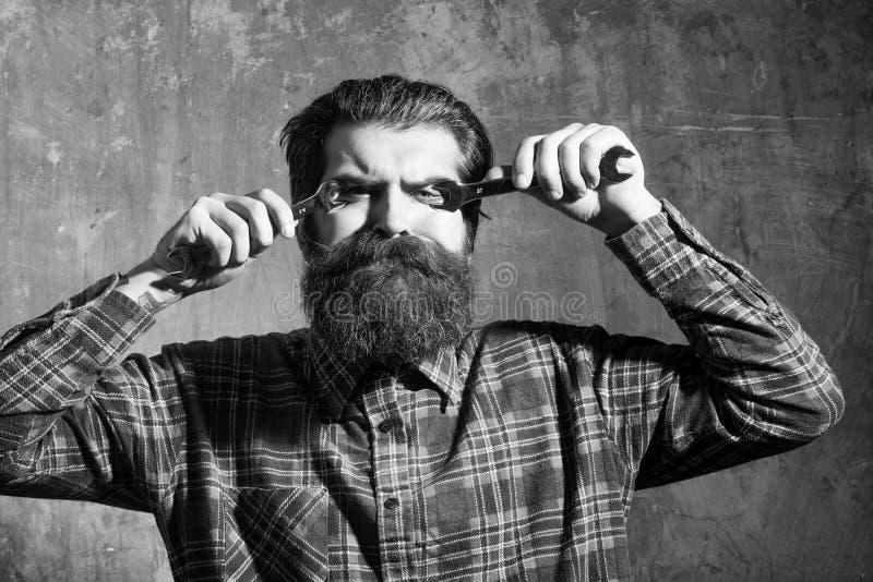 Olhos farpados de sofrimento da asseguração do homem com chaves fotografia de stock
