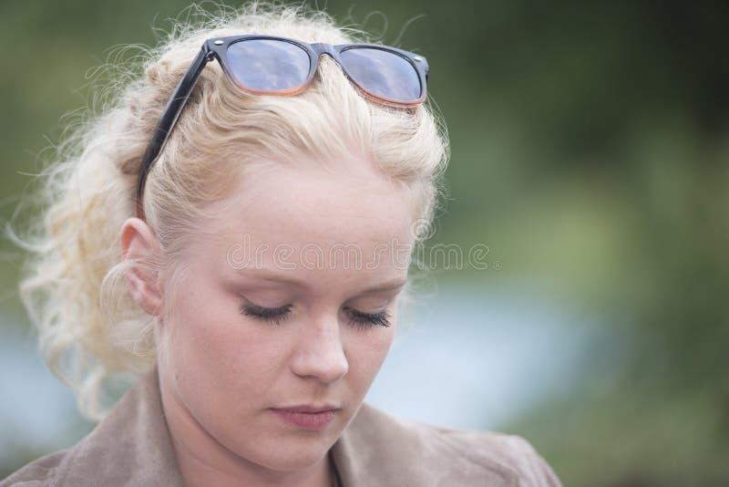 Olhos fechados da jovem mulher bonita imagens de stock royalty free