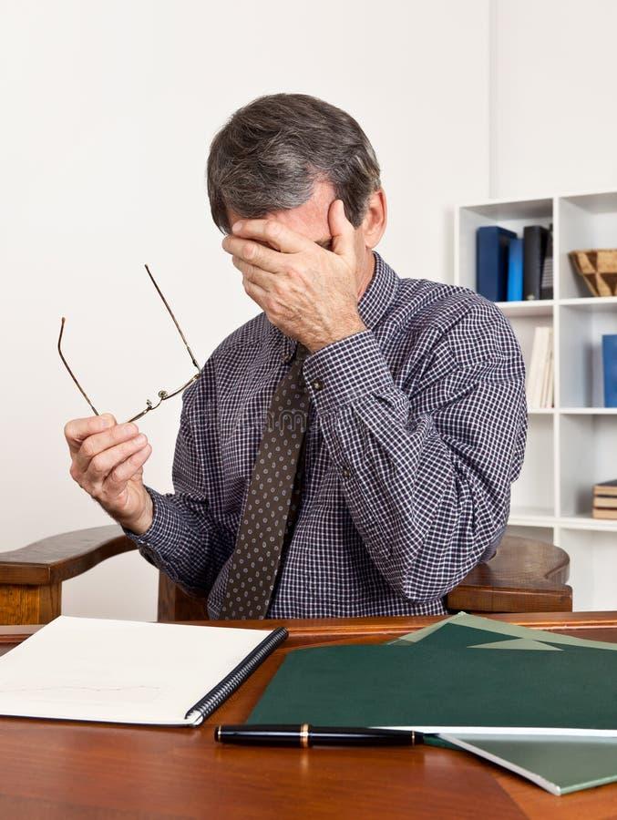 Olhos Tired de fricção preocupados do homem de negócio imagens de stock