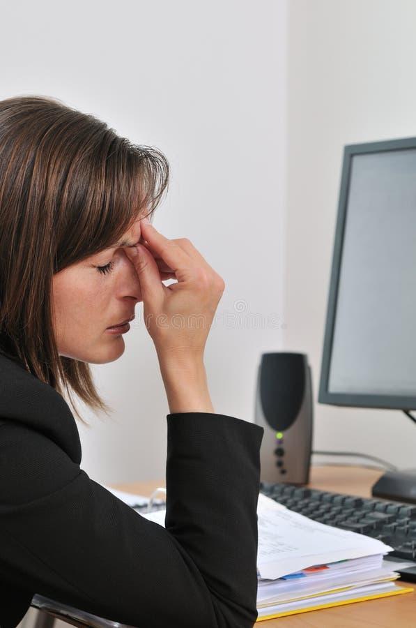 Olhos Tired - pessoa do negócio no trabalho imagens de stock royalty free
