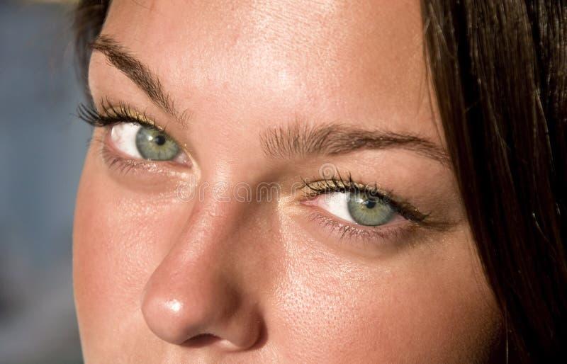 Olhos verdes fêmeas próximos. imagens de stock