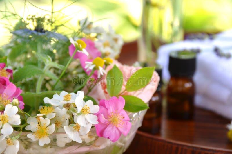 Oli essenziali con i fiori del giardino fotografia stock libera da diritti