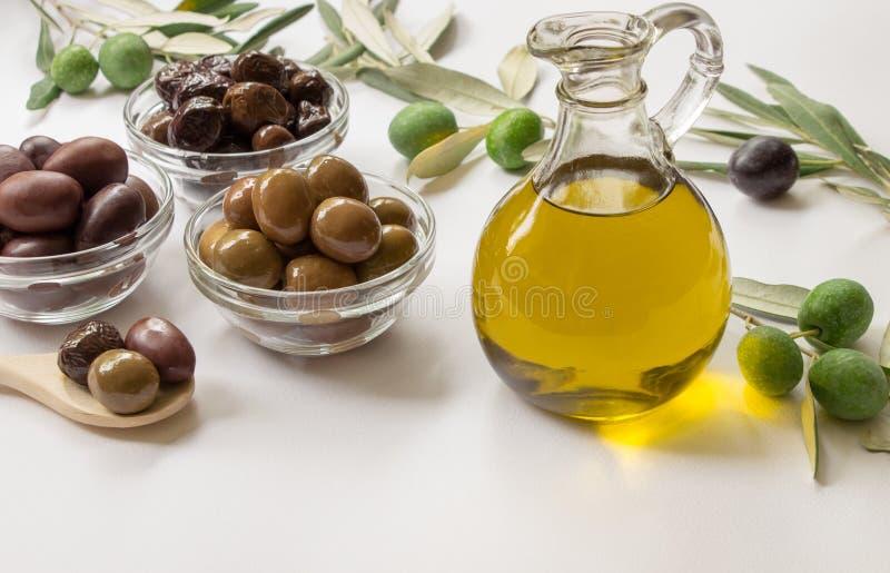 Oli van de premie maagdelijke olijf en verscheidenheid van olijven royalty-vrije stock afbeeldingen