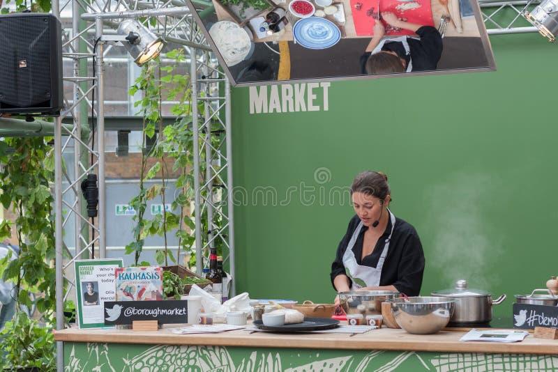 Olia Hercules kookt in box bij Stadsmarkt stock fotografie