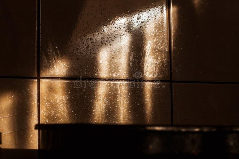 Olie bespat over de tegels in keuken stock afbeelding