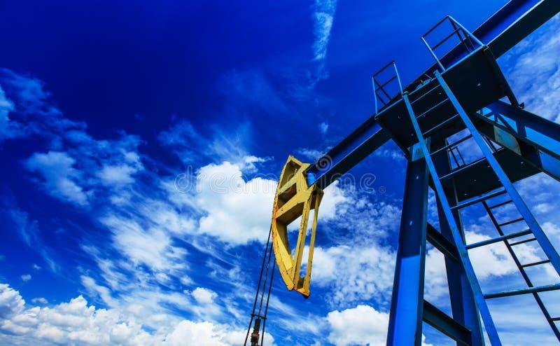 Olie en benzinepomp het werken royalty-vrije stock fotografie