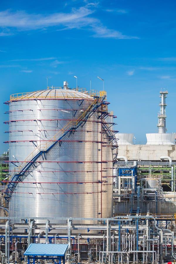 Olie en chemische tank in raffinaderijinstallatie royalty-vrije stock afbeeldingen