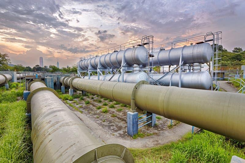 Olie en gas de fabriek van de de industrieraffinaderij bij zonsondergang stock foto
