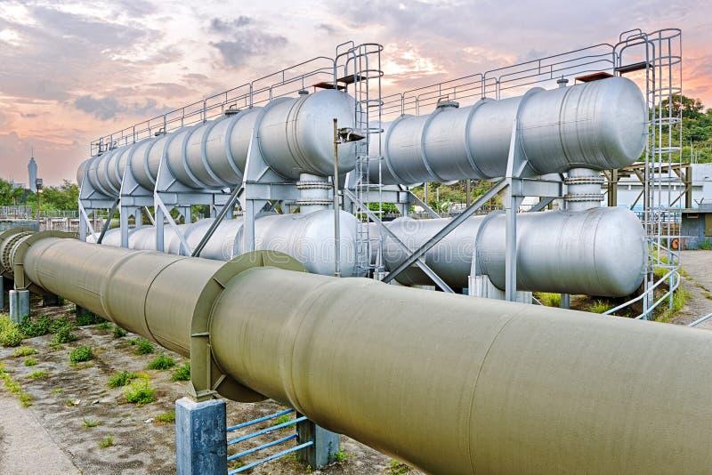 Olie en gas de fabriek van de de industrieraffinaderij bij zonsondergang stock afbeeldingen
