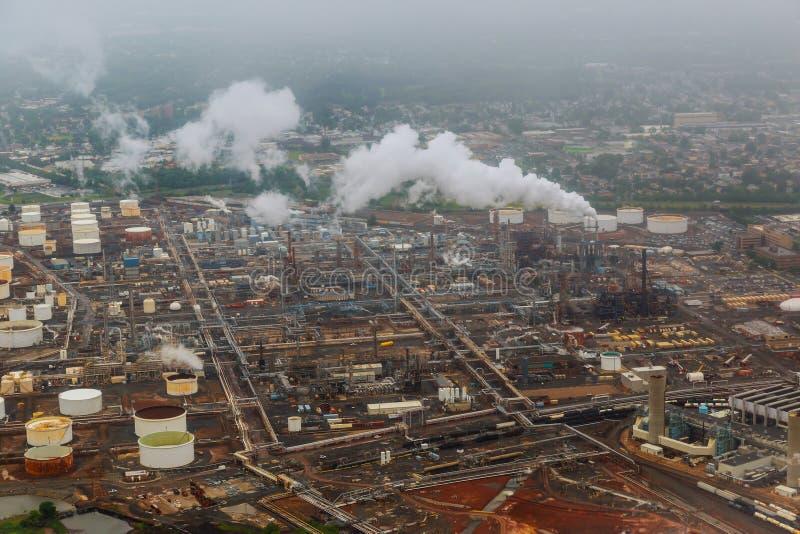 Olie en gas de industrie - raffinaderij bij de installatie van de schemeringfabriek stock fotografie