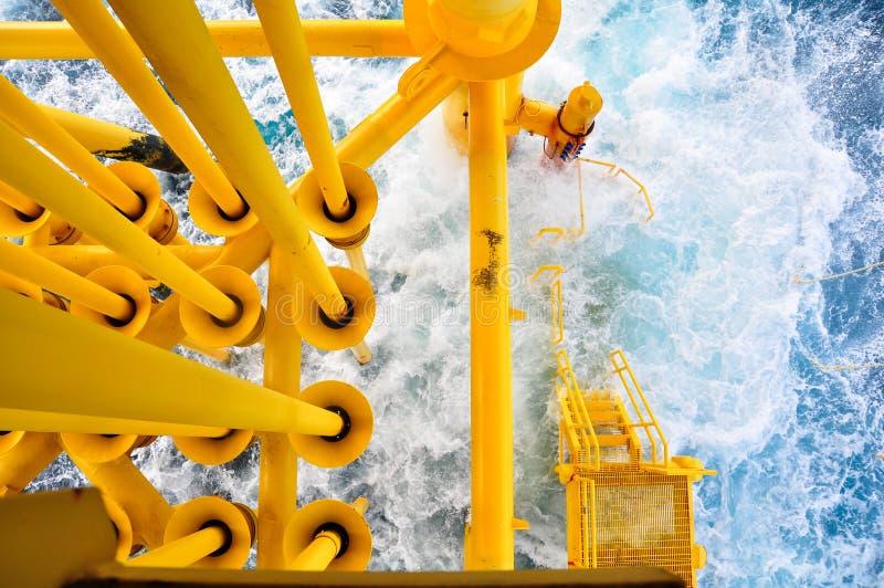 Olie en Gas die Groeven bij Zeeplatform, het platform op slechte weersomstandigheden produceren , Olie en Gasindustrie royalty-vrije stock fotografie