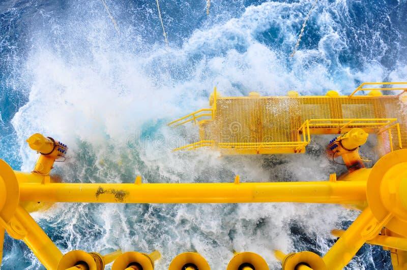Olie en Gas die Groeven bij Zeeplatform, het platform op slechte weersomstandigheden produceren , Olie en Gasindustrie royalty-vrije stock afbeelding