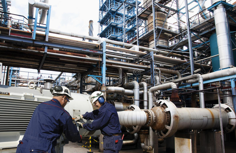 Olie en gasarbeiders binnen de grote raffinaderijindustrie royalty-vrije stock fotografie