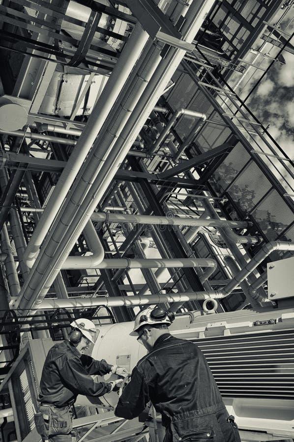 Olie en gasarbeiders binnen de raffinaderijindustrie stock afbeelding