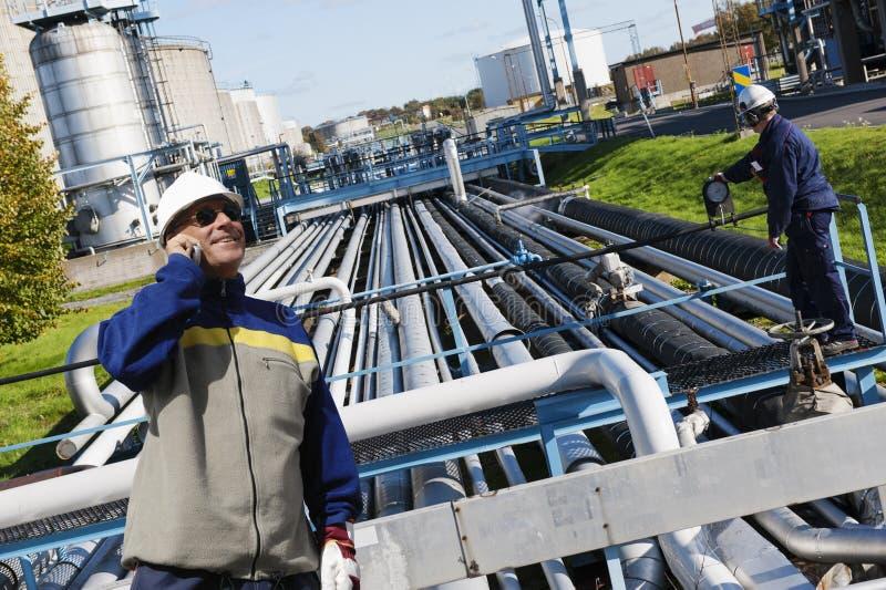 Olie en gasarbeiders met pijpleidingen royalty-vrije stock foto's