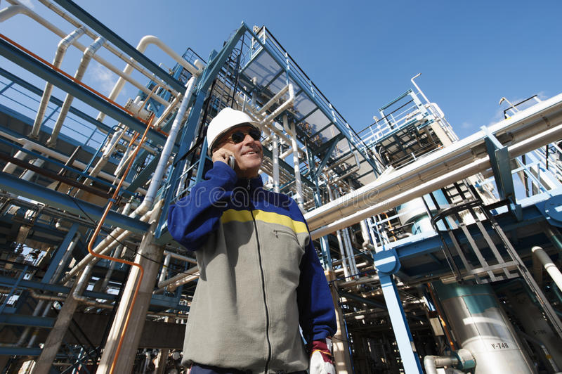 Olie en gasarbeiders voor raffinaderij stock foto's