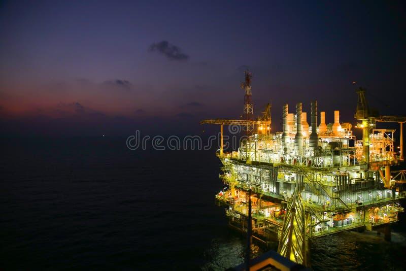 Olie en gasbouw in nachtmening Mening van de vlucht van de helikopternacht Olie en gasplatform binnen voor de kust stock foto's