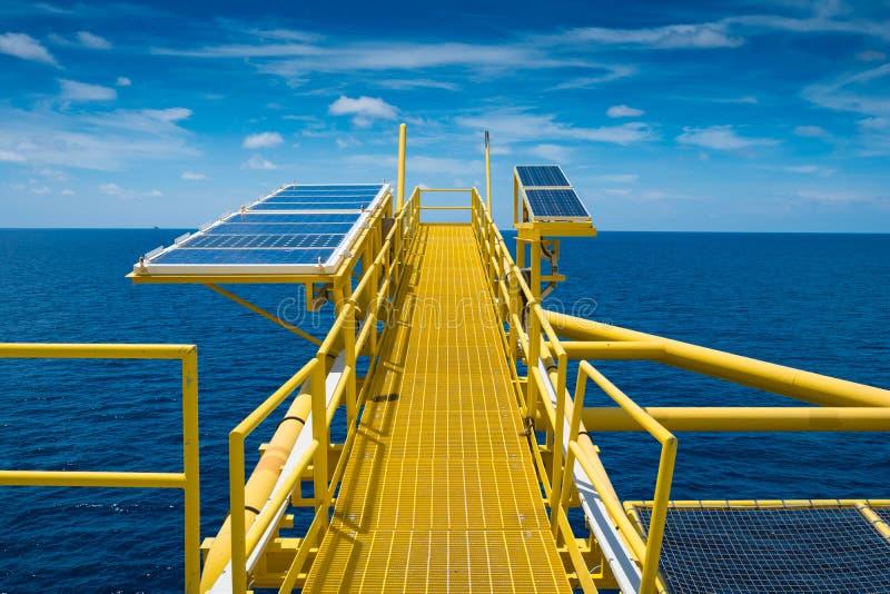 Olie en gasbron ver platform, stapel van de gas de koud die opening en zonnecellenpaneel bij de boom van de gasopening wordt geïn stock foto