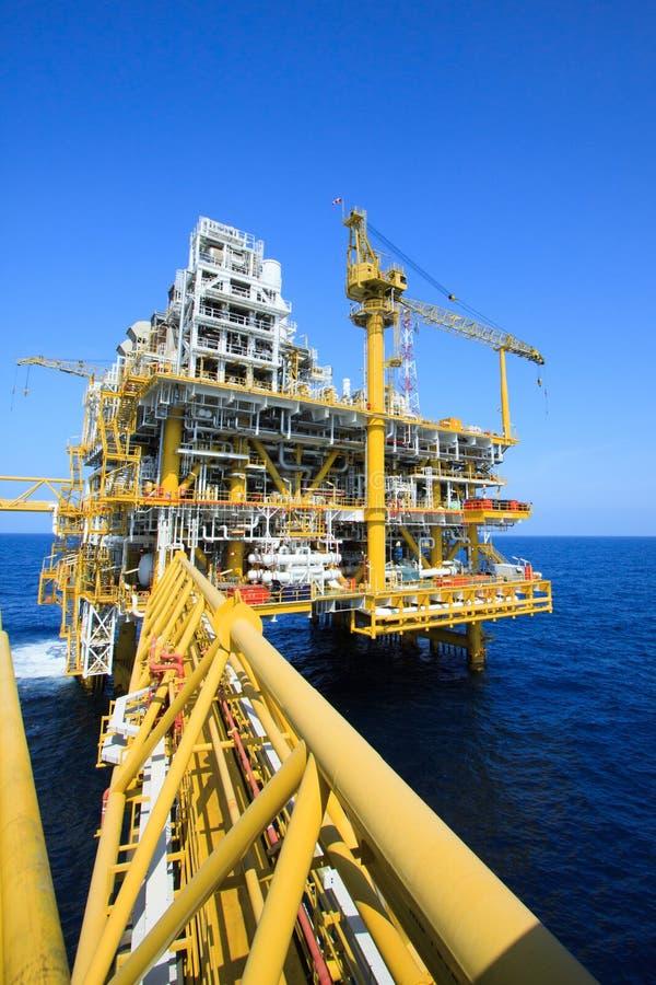 Olie en gasplatform in de zeeindustrie, Productieproces in de aardolieindustrie, Bouwinstallatie van olie en gas de industrie royalty-vrije stock afbeeldingen