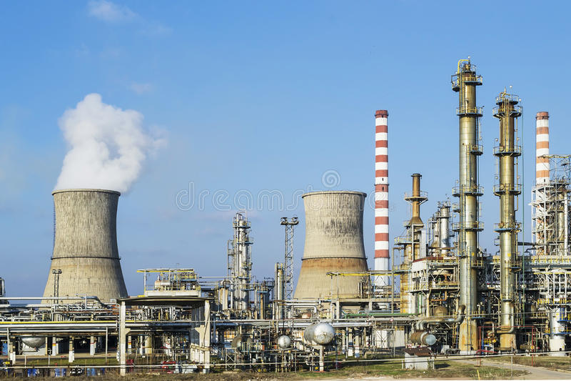 Olie en gasraffinaderij stock afbeeldingen