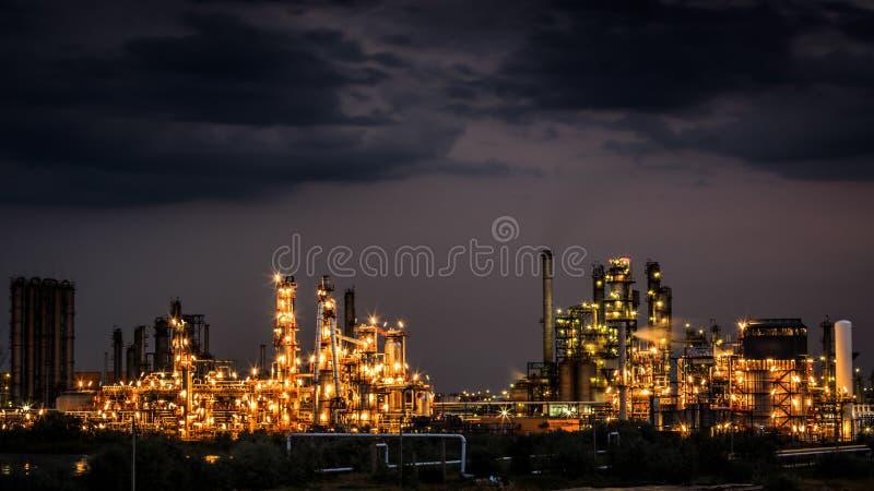 Olie en gasraffinaderijinstallatie royalty-vrije stock afbeeldingen