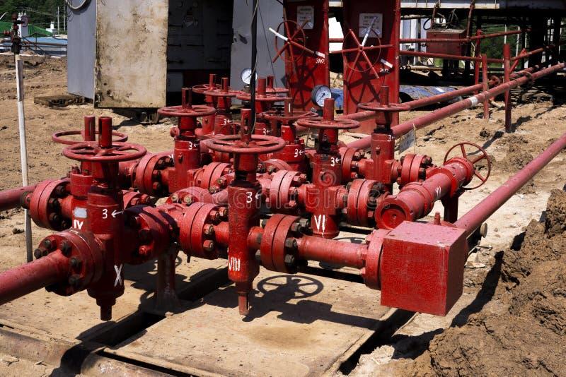 Olie en gasverwerkingsinstallatie met de kleppen van de pijplijn De kleppen van de oliepijpleiding in de olie en gasindustrie Kle stock afbeelding