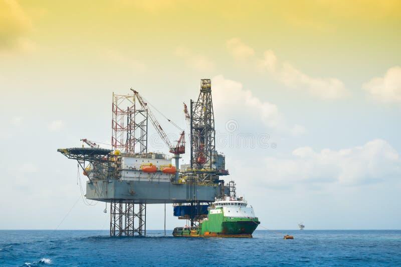 Olie en installatieplatformverrichting in Noordzee, Zware industrie in olie en gaszaken in zee, installatieverrichting stock foto's