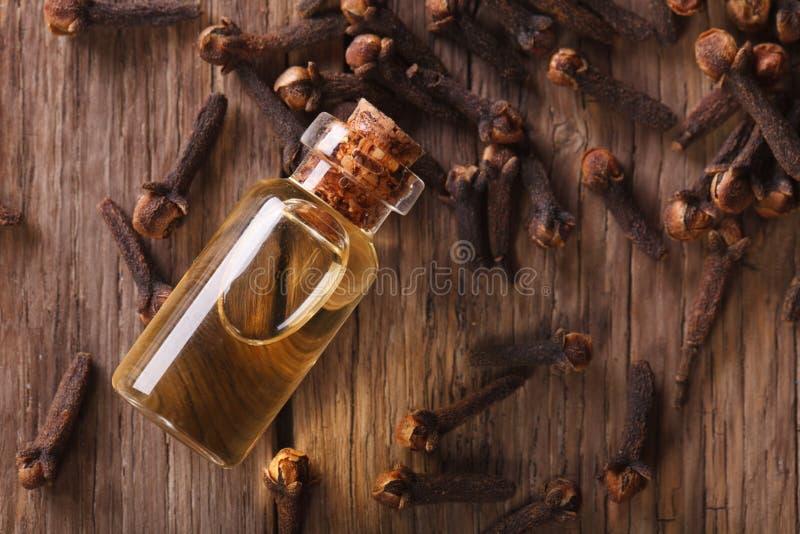 Olie van kruidnagelsclose-up op de lijst horizontale hoogste mening stock fotografie