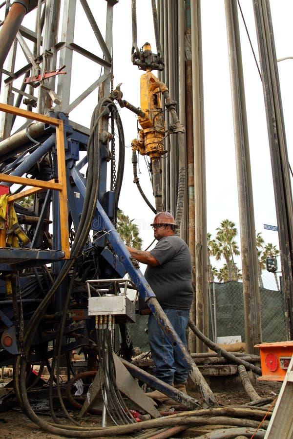 Oliearbeider die bij Oliebron Jobsite verlaten stock afbeelding
