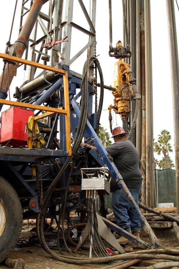 Oliearbeider die bij Oliebron Jobsite verlaten royalty-vrije stock afbeelding