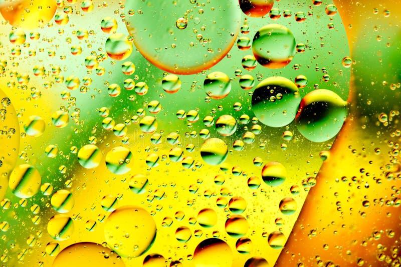 Oliebellen in water stock afbeelding