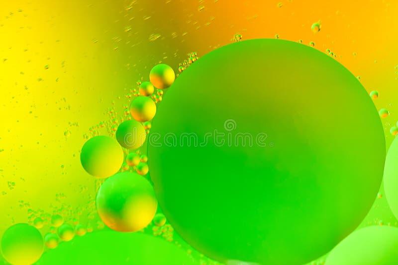 Oliedalingen op het water stock fotografie