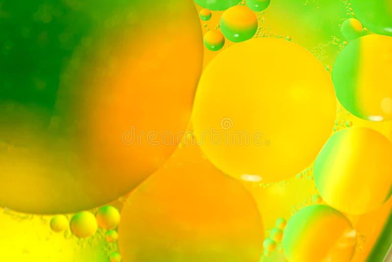 Oliedalingen op het water stock foto