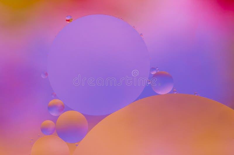 Oliedalingen op water stock afbeeldingen