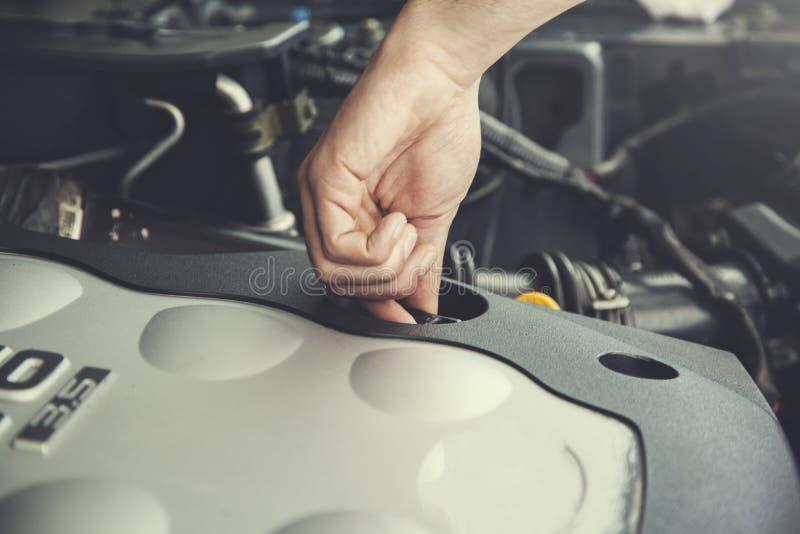 Oliedekking in auto stock afbeelding