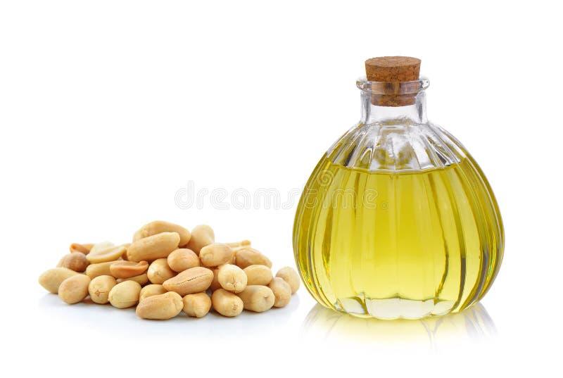 Oliefles en pinda's op witte achtergrond stock fotografie