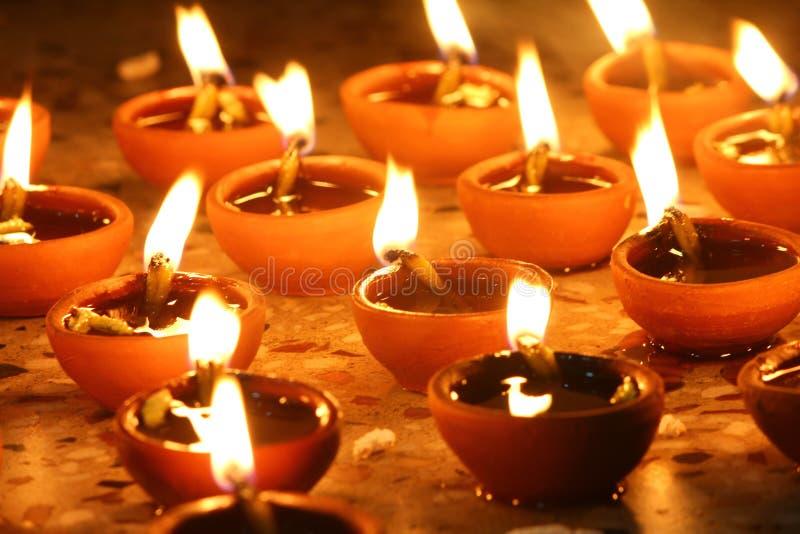 Olielampen in rij, diwalifestival worden aangestoken dat royalty-vrije stock afbeelding