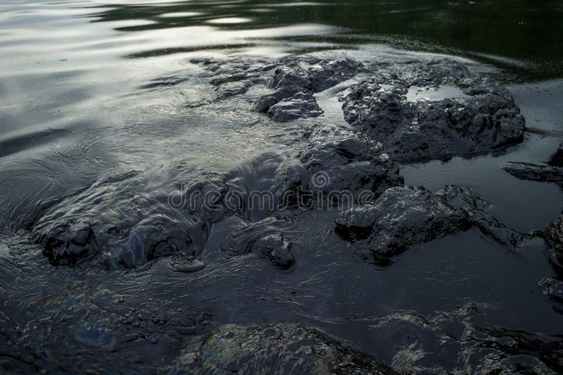 Oliemodder die het overzees vervuilen tijdens de ramp van de oliemorserij in Samet-Eiland, Rayong, Thailand stock afbeelding