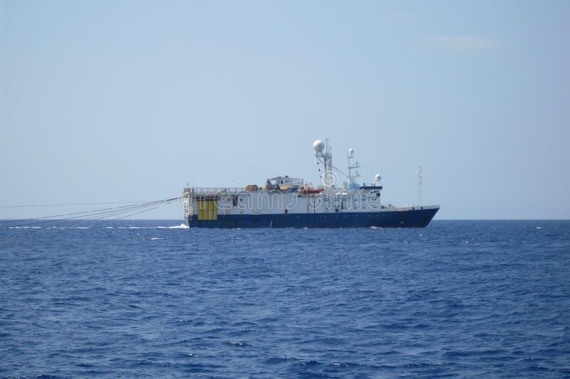 Olieonderzoek en exploratie seismisch schip of schip in overzees stock afbeelding