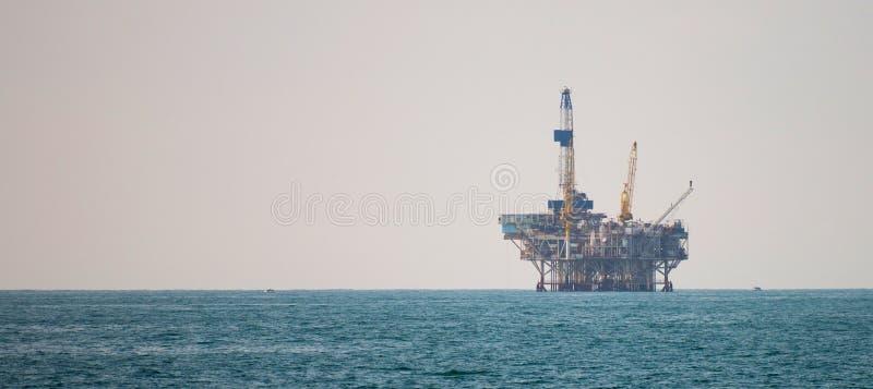 Olieplatform in de vreedzame oceaan stock afbeelding